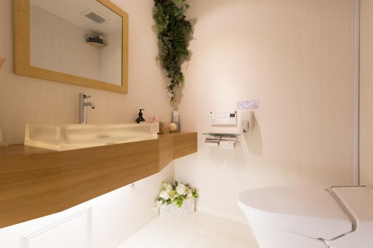 白を基調とした清潔感溢れるパウダールーム