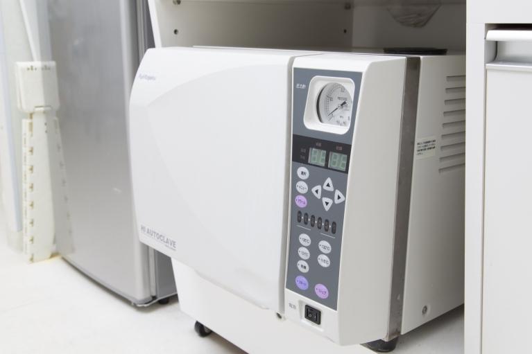 高圧蒸気滅菌器(オートクレーブ)で細菌やウイルスを死滅させます